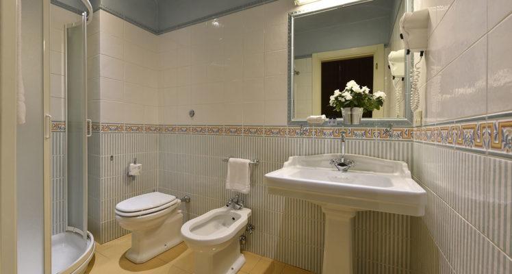 hotel-della-robbia-firenze-bathroom2